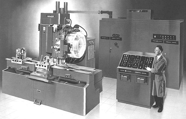 """Aparece la primera máquina herramienta de control numérico con una exactitud de 0.001"""" y un sistemas de dos coordenadas X,Y."""