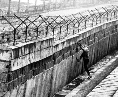 Inizio della costruzione del Muro di Parigi