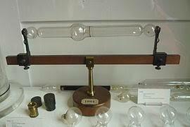 Invención del Tubo de Geissler