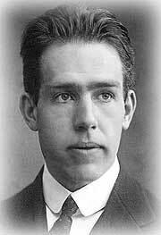Niels Bohr escribe un ensayo titulado «Light and Life»