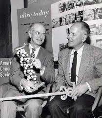 Linus Carl Pauling y Robert B. Corey descubren  la estructura de la hélice alpha