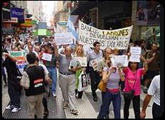 Argentina 2001 después de su crisis económica e institucional.