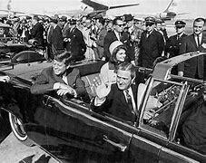 John F. Kennedy es asesinado.