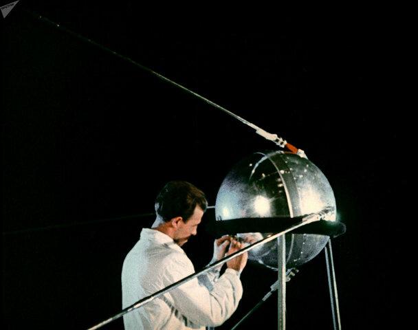 Quién inventó el satélite artificial