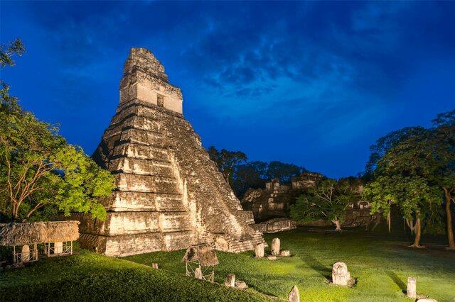 Construcción del templo Gran Jaguar de Tikal