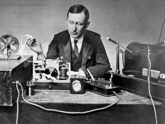 Durante la nochebuena de 1906 se realiza la primera transmisión de radio.