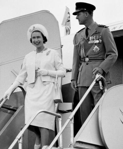 Elisabetta II d'Inghilterra atterra a Manchester acclamata dalla Resistenza Inglese.