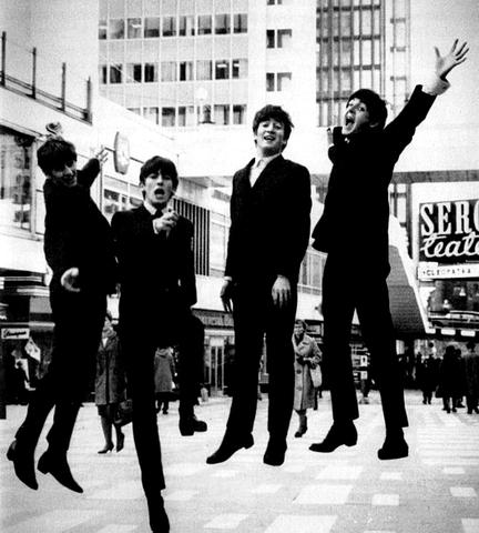 """I Beatles pubblicano """"She Loves You"""", canzone che diventerà simbolo della Resistenza Inglese"""