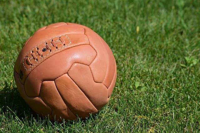 Se diseña un balón especifico para este deporte por la firma A.G. Spalding & Bros. de Chicopee, Massachusetts.