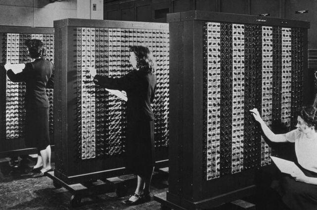 John PresperEckert y John W. Mauchly desarrollan el ENIAC