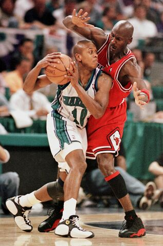 Jordan se enfrenta a los Hornets de su ex-compañero B.J Amstrong