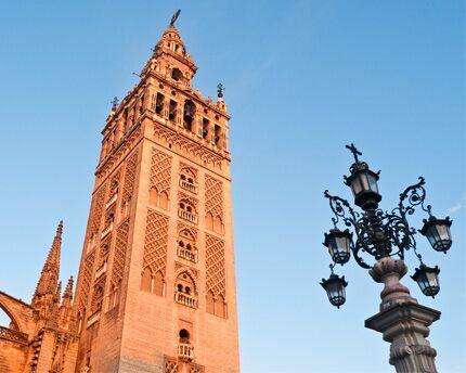 Inicio de la construcción de la Giralda de Sevilla