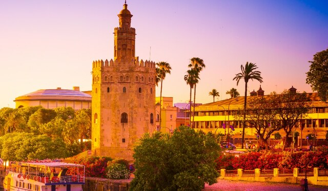 Se inicia la construcción de la Torre del Oro de Sevilla