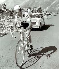 1967   ΤΟΜ ΣΙΜΠΣΟΝ  Ο Τομ Σίμπσον γεννήθηκε το 1937 στο Χάσγουελ. Στον Γύρο Γαλλίας και συγκεκριμένα στην κορυφή του Μον Βαντού μετά από 450 μέτρα, ο Βρετανός άρχισε να ταλαντεύεται πάνω στο ποδήλατο.