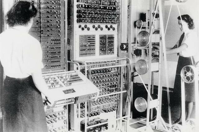 O computador criado em 1943 na segunda guerra mundial pelos britânicos para auxiliar na guerra não era nada parecido com os de hoje, chamado de Colossus ele era enorme e precisava de uma sala inteira para operalo.