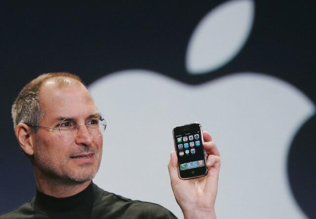 Apple lanza el iPhone 2G.