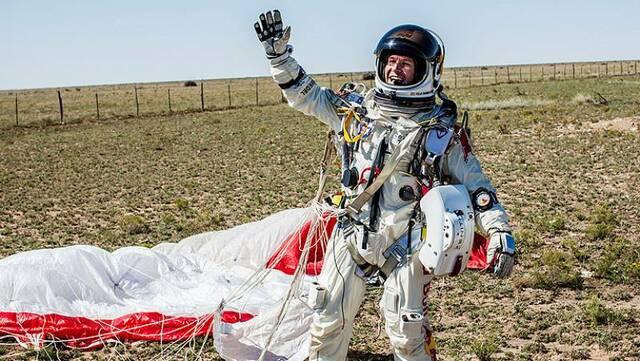 fet históric: El noi que va saltar de la estratosfera amb paracaigudes.