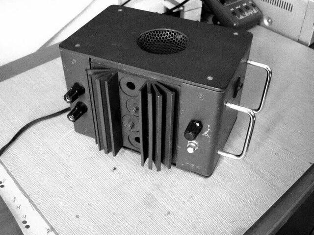 три учёных в лабораториях компании Bell Labs, Уильям Шокли, Уолтер Браттейн и Джон Бардин изобрели точечный транзисторный усилитель, что позволило уменьшить размеры компьютеров, до этого использовавших электронные лампы.