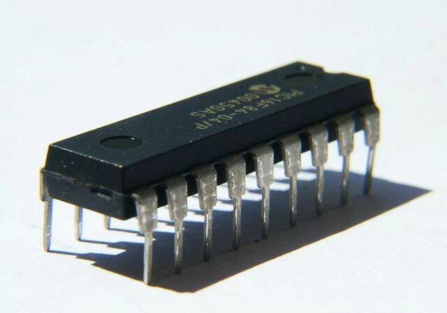 Джек Килби из компании Texas Instruments построил первую электронную микросхему, где пять компонентов были интегрированы на одной плате из германия размером в 1,5 сантиметров в длину и 1-2 миллиметров в толщину.