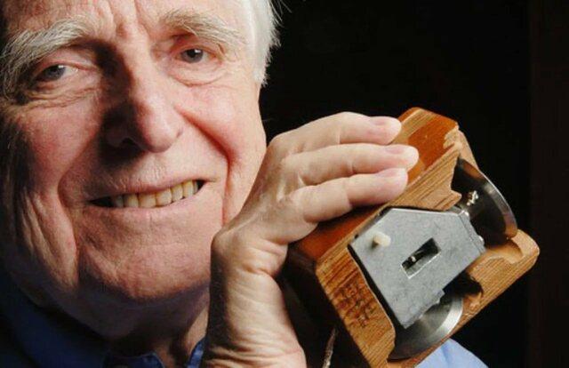 Дуглас Энгельбарт изобрёл компьютерную мышь.