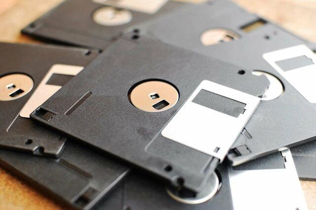 изобретение накопителя на гибком магнитном диске, дискеты диаметром в 200 мм (8″). В конце 1970-х размеры дискет уменьшились до 133 мм (5,25″) и в 1981 до 90 мм (3,5″).