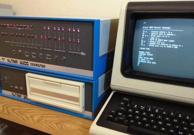 В 1974 году фирма MITS начало производство компьютера Altair 8800, который, как считается, положил начало всем любительским персональным компьютерам. Одной из причин успеха этого компьютера была простота архитектуры по отношению к «большим ЭВМ».