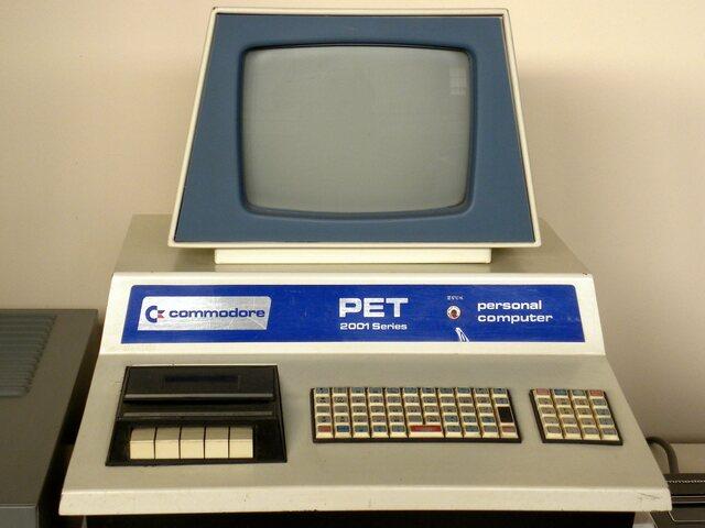 В декабре 1977 года появился Commodore PET — первый компьютер, в комплект поставки которого входили клавиатура, монитор, накопитель на магнитной ленте (специальный фирменный магнитофон).