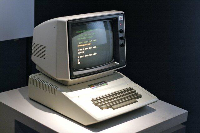 В июне 1977 года первый серийно выпускавшийся Apple II предложил пользователям интегрированную клавиатуру, цветную графику, звук, пластиковый корпус и восемь слотов расширения. В отличие от предыдущих коммерчески выпускаемых ПК, «Apple II»