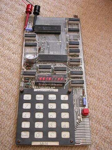 В 1978 году поступил в продажу Sinclair Mk14 по цене всего 39.95 английских фунтов.