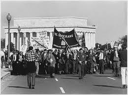 Ante las protestas juveniles en EEUU, Nixon reduce el numero de tropas mientras que los comunistas fortalecen su ejercito.