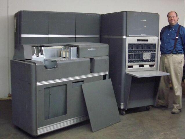 Первый компьютер для научных расчётов IBM 701 и первый массовый компьютер IBM 650.