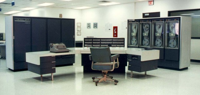 Разработаны первый компьютер на транзисторах и язык программирования APL
