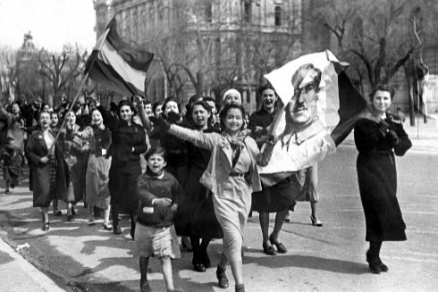 Franco signa un comunicat que anunciava el fi de la guerra