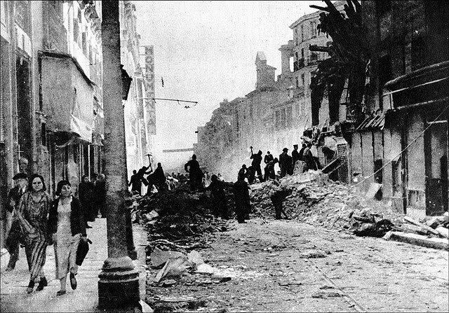 La població de Madrid pateix els primers bombardejos.