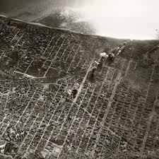 Els avions nacionals bombardegen el port de Barcelona.
