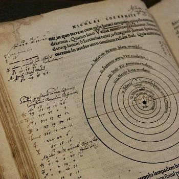 Copérnico publica Revolutionibius Orbium Coelestium