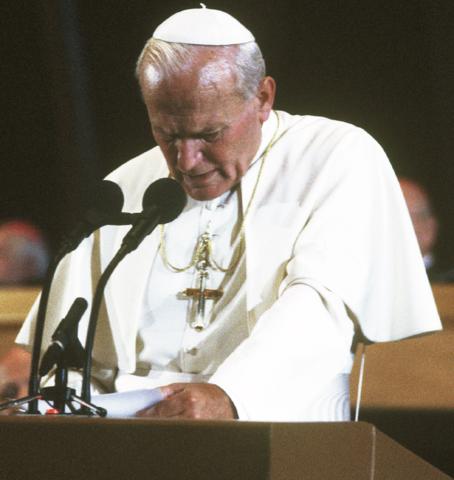 Papa Giovanni Paolo II annuncia il proprio aperto sostegno a Solidarnost.