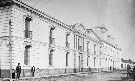 Un incendio destruye el antiguo edificio de la Universidad.