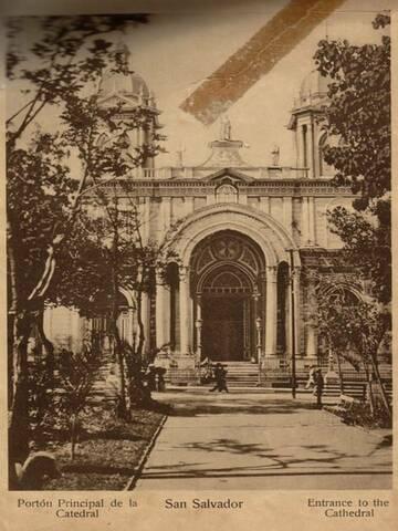 Construcción de la  Catedral de San Salvador empieza.