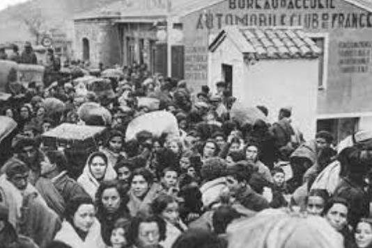 Exili massiu de gairebé 500.000 persones que creuen la frontera francesa.
