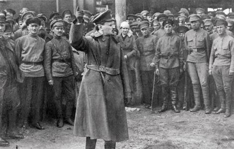 Trotsky organizes Red Guard to defend Petrograd