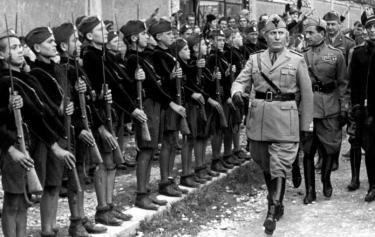 il fascismo si rafforza