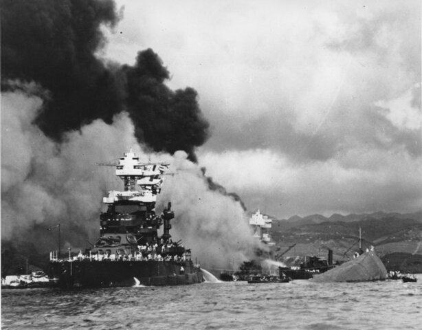 Il Giappone bombarda Pearl Harbor