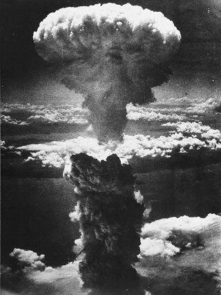Gli americani sganciano la bomba atomica su Hiroshima per piegare il Giappone