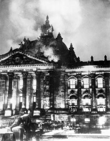 Els nazis cremen l'edifici del Reichstag