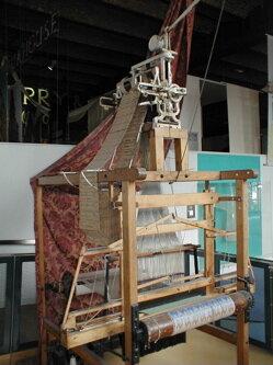 Primera máquina automática tejedora