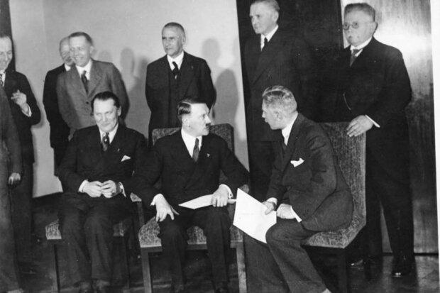 Noch am selben Tag leitete Hitler das erste Kabinettstreffen (vorerst waren dort nur zwei weitere Nationalsozialisten mit dabei), wonach diese beim Reichspräsidenten Hindenburg die Auflösung des Reichtages und somit Neuwahlen desselben beantragten.