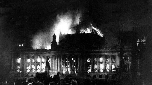 Der Reichstag brannte und kurze Zeit später wurde ein Verdächtiger verhaftet. Er war ein linksorientierter, ehemaliger Kommunist, gestand und nahm die volle Schuld auf sich. Das war Grund genug für Hitler, konsequent gegen Regimegegner (Linke) vorzugehen.