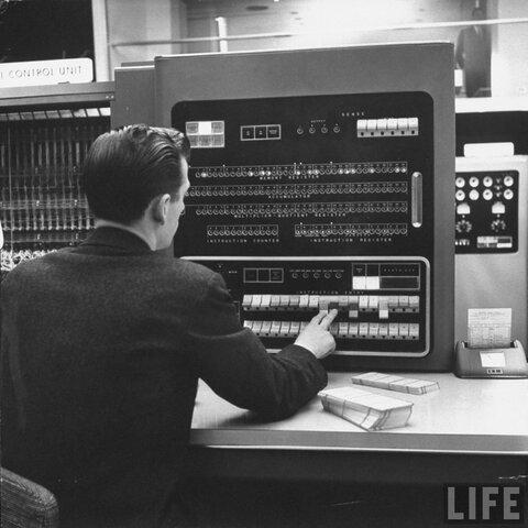 IBM lanza su primera computadora digital, la IBM 701