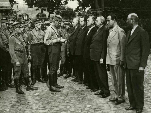 Für Regimegegner errichtete man Konzentrationslager. Dort wurden unter anderem KPD- oder SPD-Mitglieder, aber auch andere Regimegegner inhaftiert. Hier die Ankunft von Häftlingen im neuen KZ Oranienburg bei Berlin auf dem Areal einer ehemaligen Brauerei.